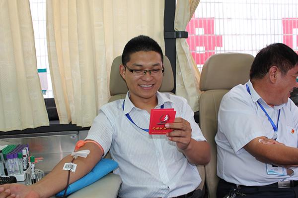 奉献爱心,无偿献血——杨泰